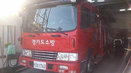 소방용수와 각종 화재 진압 장비를 실은 소방차는 그 무게가 엄청나다.