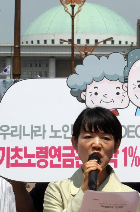 2011년 6월 16일 오전 서울 여의도 국회 앞에서 노동ㆍ농민ㆍ여성단체들이 기자회견을 열어 '노인빈곤해소와 기초노령연금 인상을 위한 운동본부(준)'를 발족하고 기초노령연금 인상을 촉구하고 있다.