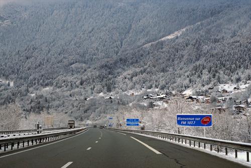 아직 겨울 시즌으로 알프스 자락에 접어들자 온통 설화가 만발하였다.