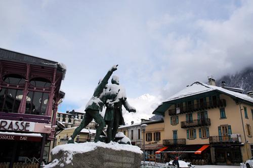발머와 소쉬르 동상