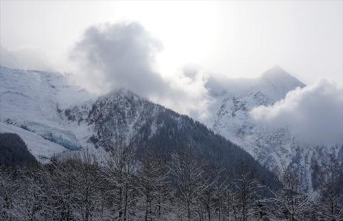 몽블랑은 구름 뒤로 가려져 있다.