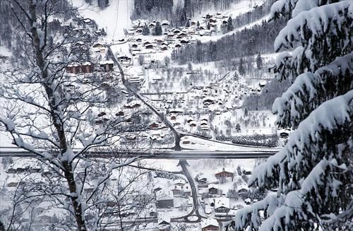 잠시 구름이 걷히고 저 멀리 아래에 눈 덮인 마을이 내려다보인다.