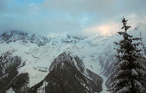 에디 귀 미디에서 몽블랑으로 이어진 능선. 능선 아래로는 넓은 빙하지대가 보인다.