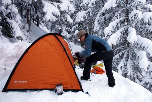 비교적 완만한 곳을 찾아 눈을 치우고 텐트를  설치하였다.
