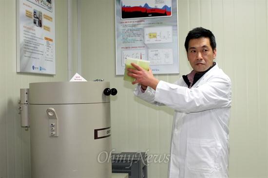 김윤성 안양농산물검사소 보건환경연구원이 방사능측정기를 가동시키면서 설명을 하고 있다.