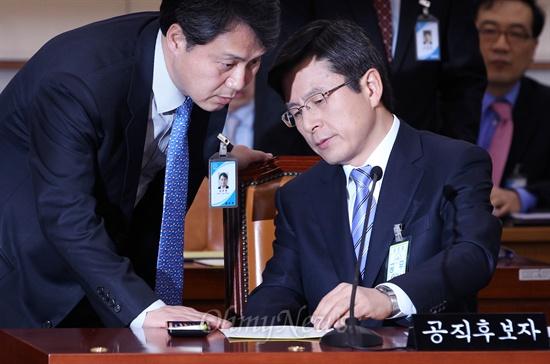 황교안 법무부장관 후보자가 28일 국회 인사청문회에서 부처 관계자와 답변자료를 준비하고 있다.