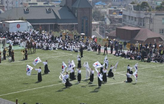 울산 중구 병영초등학교에서 매년 펼쳐지는 '병영삼일만세운동' 재현 행사. 1919년 4월 4일 이곳에서는 축구를 하던 지역 청년들이 거리로 쏟아져 나와 대한독립만세를 외쳤다