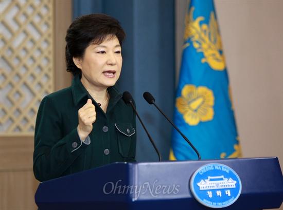 불끈 주먹 쥔 박근혜 대통령 박근혜 대통령이 4일 오전 청와대 춘추관에서 정부조직개편안 처리가 늦어지는 것에 대해 대국민담화를 발표하고 있다.
