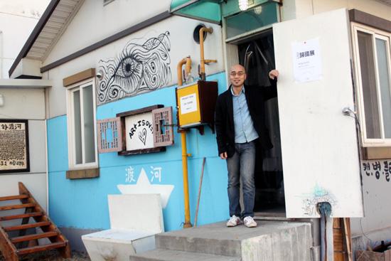 도하 프로젝트가 열리는 목욕탕과, 도하 프로젝트 기획자 하림.
