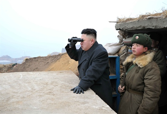 지난 7일 김정은 북한 국방위원회 제1위원장이 지난 2010년 11월 연평도에 포격을 가했던 '장재도방어대'와 '무도영웅방어대'를 시찰하고 있다'고 조선중앙통신이 8일 보도했다.