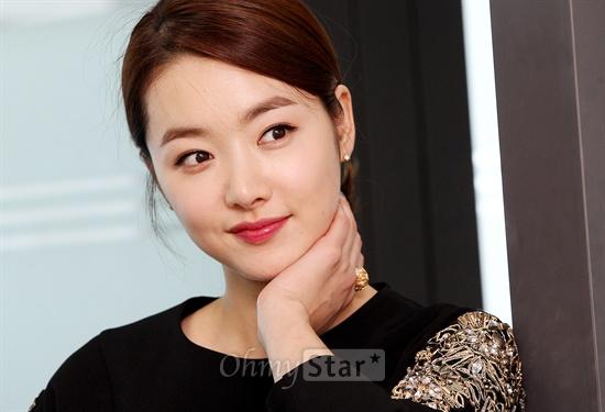 SBS특별기획 <청담동 앨리스>에서 지앤의류 사모님 서윤주 역의 배우 소이현이 14일 오후 서울 상암동 오마이스타 사무실에서 인터뷰에 앞서 포즈를 취하며 미소짓고 있다.