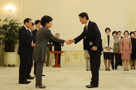 박근혜 대통령이 11일 청와대에서 신임 장관에게 임명장을 수여하고 있다. 사진은 진영 신임 보건복지부 장관에게 임명장을 수여하고 있는 모습.
