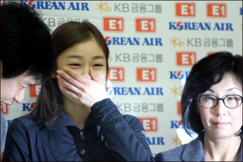 김연아와 신혜숙 코치(오른쪽) 그리고 류종현 코치(왼쪽).