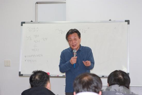 <압록강을 넘어서> <역사여, 다카키마사오여>의 저자인 김갑수 강사가 13일 여수 한국바스프노조 조합원교육을 하고 있다