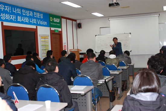<압록강을 넘어서> <역사여, 다카키마사오여>의 저자인 김갑수 강사가 13일 여수 한국바스프노조 조합원교육을 진행하고 있다