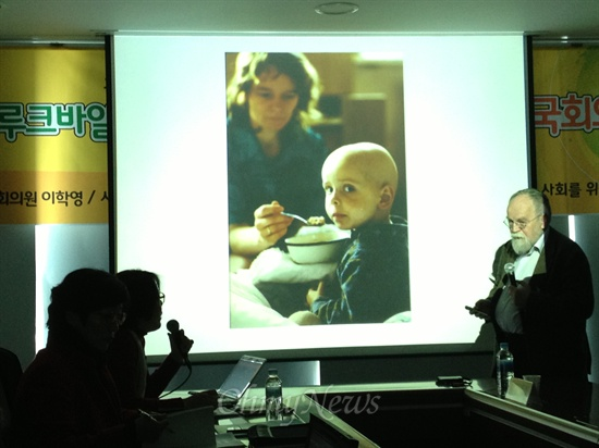 3월 14일 국회 탈핵에너지전환모임 소속 의원들과 기자들을 만난 자리에서 원전 위험성을 설명하는 세바스찬 플루크바일 독일 방사선방호협회 회장. 그는 화면 속 어린이 때문에 체르노빌 문제에 관심을 갖게 됐다. 이 피해어린이는 사망한 지 오래다.