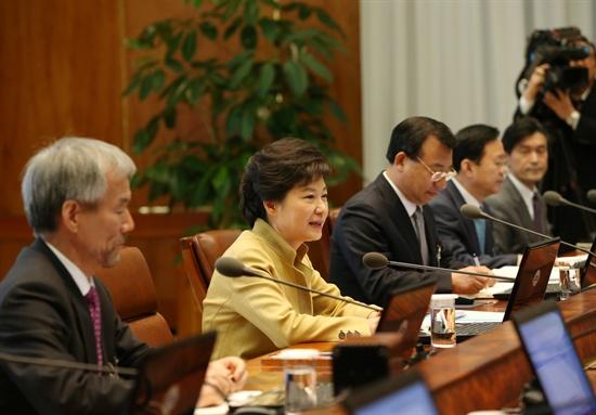 박근혜 대통령이 18일 오전 여야의 정부조직법 협상이 타결된 후 열린 첫 청와대 수석비서관회의를 주재하고 있다.