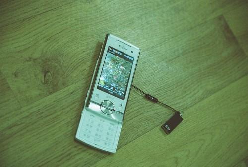 올해 1월까지 4년 여 동안 사용한 2G 핸드폰. 동백꽃 사진이 담겨 있다.