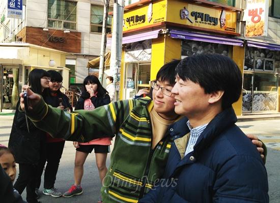 서울 노원병 보궐선거 국회의원 보궐선거에 출마하는 안철수 예비후보가 3월 23일 지역주민들을 만나 사진을 찍고 있다.
