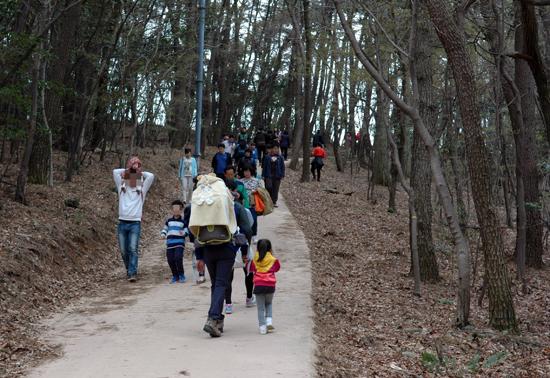 봄나들이 많은 여행자가 거제도 공고지를 가기 위해 언덕길을 오르고 있다.