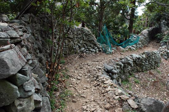 담장길 거제도 공고지에는 옛 정취를 느끼게 해 주는 아담한 담장길이 있다.