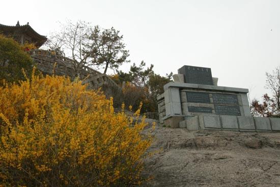 유달산에 서있는 '목포의눈물' 노래비. 그 옆에 개나리꽃이 활짝 피었다.