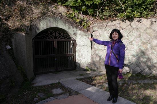 옛 일본영사관 뒤편에 있는 방공호. 김향원 목포시문화관광해설사가 방공호를 가리키고 있다.