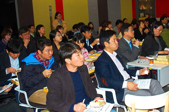 식품기자포럼에 참석한 청중들이 강연을 듣고 있다.