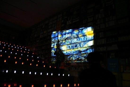 ?고흐의 그림 '별이 빛나는 밤에' 처럼 오늘의 콘셉트는 '서울도서관의 별이 빛나는 밤에'다.
