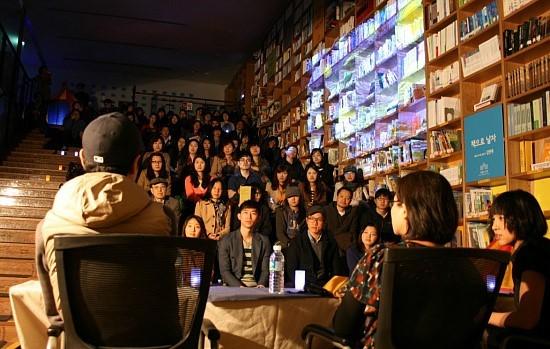 이날 시민 100여명이 우천 속에서도 서울 도서관을 찾아 북 토크를 함께했다.