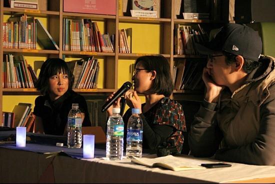 칠레 여행기를 이야기하고 있는 김남희 수필가.