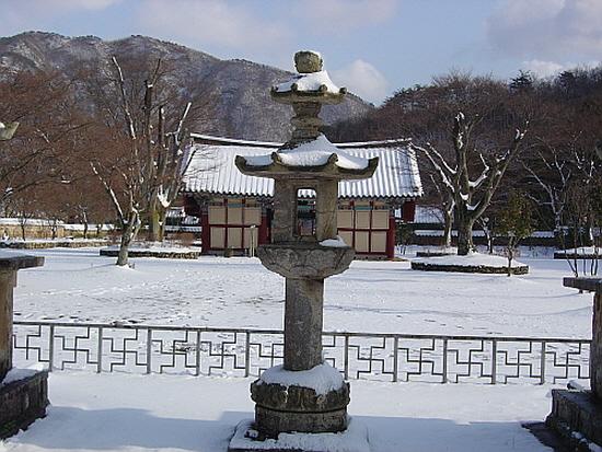장흥 보림사석등 통일신라의 전형적인 석등이다. 지붕돌만 이중으로 되어 있는 점은 특이하다