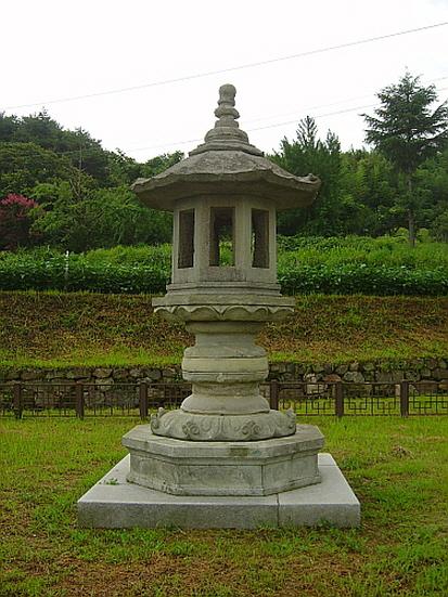 담양 개선사지석등  기록에 등장한 최초의 석등(891년, 진성여왕5년)이다. 불집 둘레에 '건립석등(建立石燈)'이라 명기되어있다