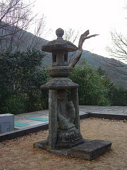 화엄사사사자삼층석탑 앞 석등 기둥돌에 인물상을 배치한 이형석등이다