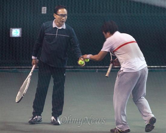 이명박 전 대통령의 테니스에는 전 국가대표 선수들이 함께 했다. 6일 오전 올림픽공원 실내 테니스장에서 같이 치는 전 국가대표 선수가 이 전 대통령에게 공을 공손히 전달하고 있다.