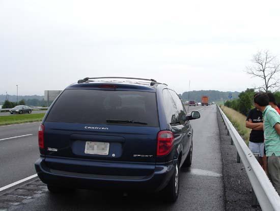 갓길에 차를 세우고 아예 고속도로 안전선 밖으로 나간 가족들.
