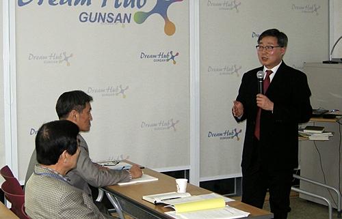 호남선이 개통하는 과정을 강의하는 김 교수