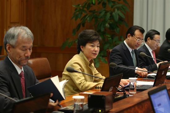 박근혜 대통령이 15일 대통령 주재 수석비서관회의를 주재하고 있다.