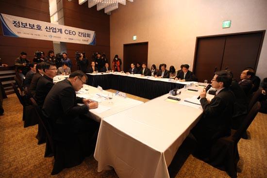 윤종록 미래창조과학부 제2차관이 15일 오전 서울 양재동 엘타워에서 열린 '정보보호 산업계 CEO 간담회'에서 인사말을 하고 있다.