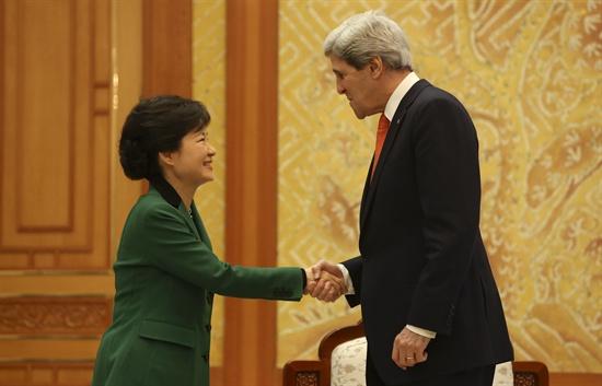지난 12일, 박근혜 대통령이 '존 케리' 미 국무장관과 악수를 나누고 있다.