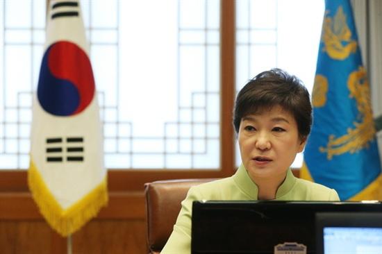 박근혜 대통령이 22일 청와대에서 열린 수석비서관회의에서 모두발언을 하고 있다.