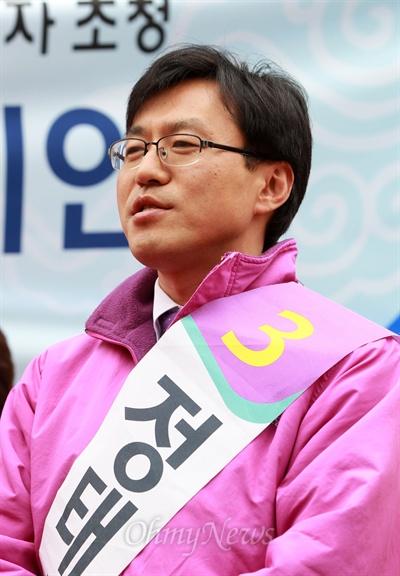 4.24노원병 재보선에 출마한 통합진보당 정태흥 후보가 23일 오전 서울 노원구 한 백화점앞에서 열린 공명선거·투표참여 캠페인에 참석하고 있다.