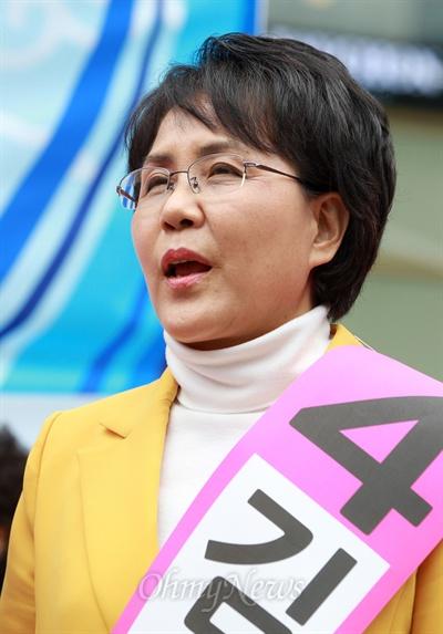 4.24노원병 재보선에 출마한 진보정의당 김지선 후보가 23일 오전 서울 노원구 한 백화점앞에서 열린 공명선거·투표참여 캠페인에 참석하고 있다.