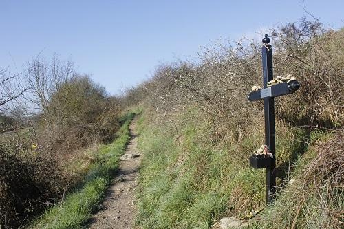 순례자의 묘비 순례길 곳곳에서, 순례 도중 죽은 이들의 무덤 혹은 기념비를 만날 수 있다.