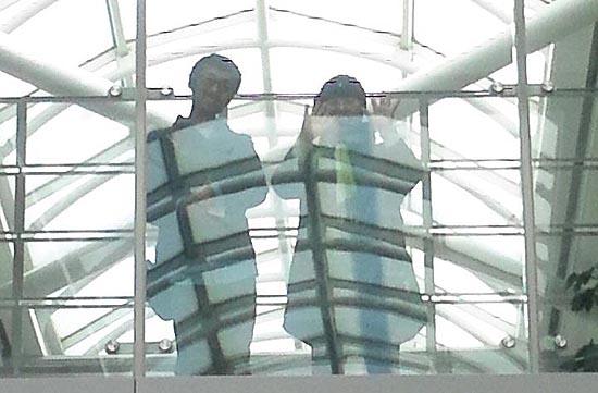 인천공항에서 입국을 거부 당한 에밀리에게 한국의 벗들이 손을 들어 인사하고 있다.
