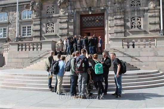 덴마크의 국회 앞 풍경. 국회의원들의 권위는 찾아보기 힘들다.