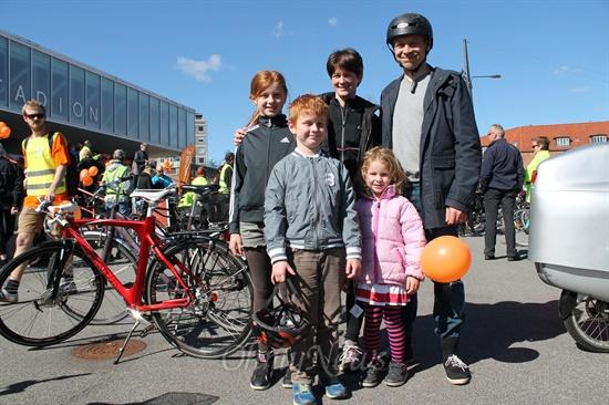 """코펜하겐 자전거 행사에 3명의 아이와 함께 참가한 제곱 노드가든씨 """"우리 집에는 아이들 자전거를 포함해서 모두 9대의 자전거가 있다""""면서 """"식구들 모두가 자전거를 매일 이용한다""""고 했다."""