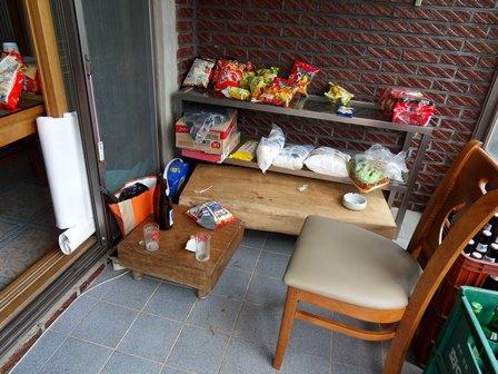 테이블 없음, 의자 달랑하나. 그래도 동네 사람들은 늘 이집을 찾는다