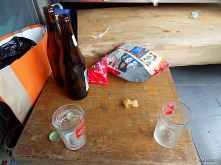 테이블 대신 바둑판이지만 푸짐한 과자(?)를 안주삼아 한잔을 기울이고...