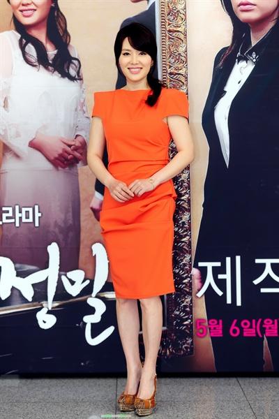 MBC 아침드라마 <잘났어 정말> 제작발표회 현장에 참여한 배우 하희라. 이번 드라마에서 민지수와 민지원으로 1인 2역을 맡았다.
